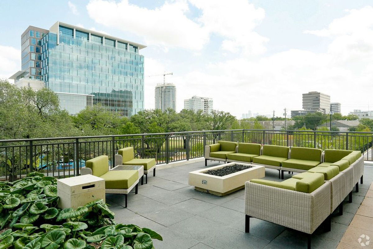 Outdoor Lounge - Avenue Grove Apartments